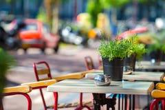 Leeres Café des Sommers im Freien an der touristischen europäischen Stadt Lizenzfreie Stockfotografie
