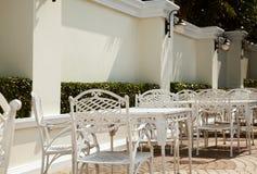 Leeres Café im Freien im Hotel Möbel des bearbeiteten Eisens Lizenzfreie Stockfotos