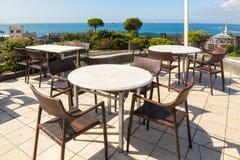 Leeres Café verlegt Hoch über Stadt und Marmara-Meer, Istanbul Stockfoto
