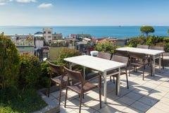 Leeres Café verlegt Hoch über Stadt und Marmara-Meer, Istanbul Stockbild