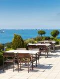 Leeres Café verlegt Hoch über Stadt und Marmara-Meer, Istanbul Stockbilder