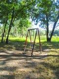 Leeres children& x27; s-Spielplatz in einem Birkenwald Stockfoto