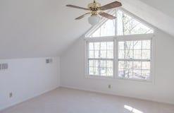 Leeres Dachboden-Schlafzimmer Stockbild