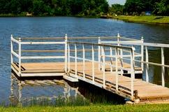 Leeres Dock an einem sonnenbeschienen Tag Stockbild