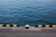 leeres Dock im Seehafen Stockbilder