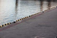 leeres Dock im Seehafenbild Stockfoto