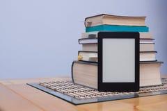Leeres eReader vor einem Turm von Büchern mit Bookmarks Lizenzfreies Stockbild
