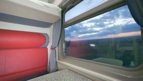 Leeres Fach mit einem großen Fenster in einem Personenzug Sommerreisekonzept stock video
