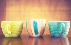 Leeres Farbglas auf der hölzernen Platte Lizenzfreie Stockbilder