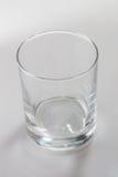 Leeres farbloses Glas auf weißem Hintergrund Stockfoto