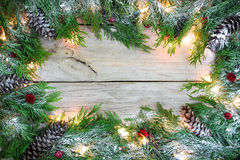 Leeres Feiertagszeichen mit schneebedeckter Girlandengrenze Lizenzfreie Stockbilder