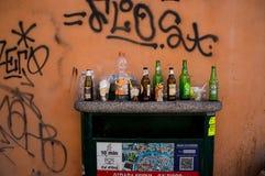 Leeres Flaschenstillleben in Venedig Stockfotografie