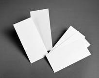 Leeres Fliegerplakat über dem grauen Hintergrund, zum Ihres Designs zu ersetzen Lizenzfreies Stockfoto