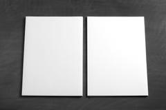 Leeres Fliegerplakat auf einer schwarzen Tafel, zum Ihres Designs zu ersetzen Lizenzfreie Stockfotos