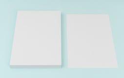 Leeres Fliegerplakat, Broschürenmodell, A4, Uns-Buchstabe, auf blauem backg Lizenzfreie Stockfotos