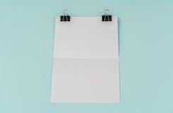 Leeres Fliegerplakat, Broschürenmodell, A4, Uns-Buchstabe, auf blauem backg Stockfoto