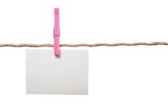 Leeres Foto auf Seil mit Wäscheklammer auf weißem Hintergrund Stockbilder