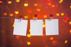 Leeres Foto gestaltet das Hängen an der Herzwäscheleine stockbild