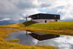 Leeres Gebirgsskiort in den Alpen Lizenzfreies Stockbild