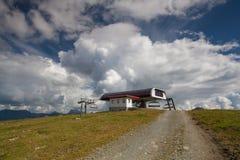 Leeres Gebirgsskiort in den Alpen Lizenzfreies Stockfoto