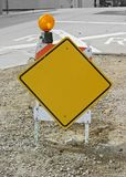 Leeres gelbes Zeichen auf Bau-Pferd Lizenzfreie Stockfotos