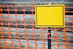 Leeres gelbes Zeichen auf Beitrag Lizenzfreies Stockfoto