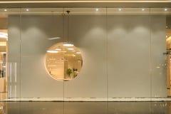 Leeres Geschäftsfenster im Einkaufszentrum stockfoto