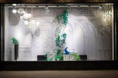 Leeres Geschäftsfenster im Einkaufszentrum stockbild