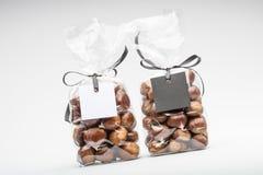 Leeres Geschenk etikettiert mit Band auf zwei Schokoladentrüffeltaschen Stockfotos