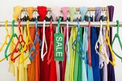Leeres Gestell von Kleidung und von Aufhängern nach einem großen Verkauf Stockbild