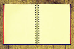 Leeres gewundenes Notizbuch auf hölzernem Material Lizenzfreies Stockfoto