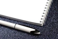 Leeres gewundenes Notizbuch mit Stift auf Schwarzem lizenzfreie stockfotos