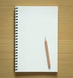 Leeres gewundenes Notizbuch und Bleistift Stockfoto