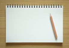 Leeres gewundenes Notizbuch und Bleistift Lizenzfreie Stockfotografie