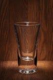 Leeres Glas auf dem Hintergrund der alten hölzernen Stange Lizenzfreies Stockfoto