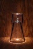 Leeres Glas auf Hintergrund der alten hölzernen Stange Lizenzfreie Stockfotografie