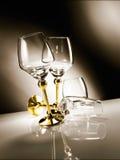 Leeres Glas mit goldenem Stamm Stockfoto