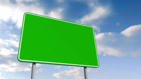 Leeres grünes Verkehrsschild vorbei bewölkten Himmel