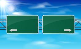 Leeres grünes VerkehrsVerkehrsschild auf Himmelhintergrund Stockfotos