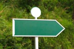 Leeres grünes Zeichen mit richtiger Richtung Lizenzfreies Stockbild