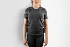 Leeres graues T-Shirt Designmodell Frauenstand im grauen T-Shirt Stockfotos