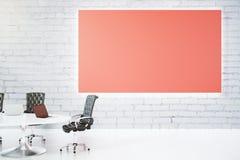 Leeres großes rotes Plakat auf weißer Backsteinmauer und Tabelle mit Leder Stockbild
