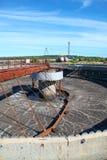 Leeres großes Sedimentbildungssiedlerbecken in der Aufbereitungsanlage Stockfotos