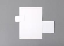Leeres grundlegendes Briefpapier. Briefkopf flach, Visitenkarte, Umschlag Stockbilder