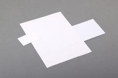 Leeres grundlegendes Briefpapier. Briefkopf flach, Visitenkarte, Umschlag Stockfoto