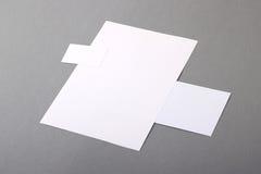 Leeres grundlegendes Briefpapier. Briefkopf flach, Visitenkarte, Umschlag Stockbild