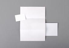 Leeres grundlegendes Briefpapier. Briefkopf gefaltet, Visitenkarte, envelo Stockfoto