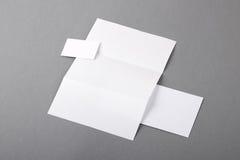 Leeres grundlegendes Briefpapier. Briefkopf gefaltet, Visitenkarte, envelo Stockfotos
