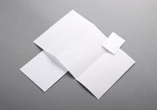 Leeres grundlegendes Briefpapier. Briefkopf gefaltet, Visitenkarte, envelo Lizenzfreies Stockfoto