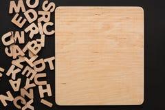 Leeres hölzernes Brett mit englischen Buchstaben lizenzfreie stockbilder